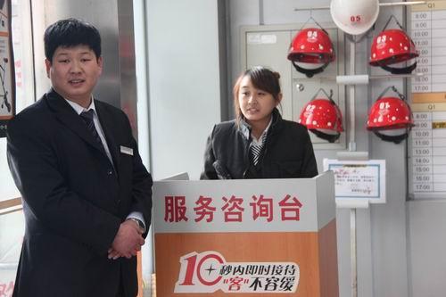 在一汽丰田经销店的进门处都安排了服务咨询人员,帮助客户找到相关服务人员。